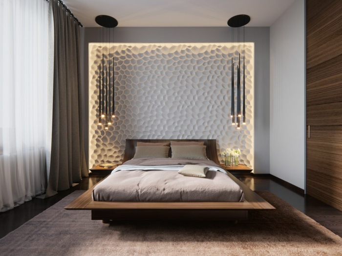 mit gravierter Wand und hängenden Lampen das Schlafzimmer dekorieren, beiges Bett