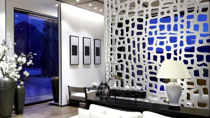 eine ausgefallene Trennwand für Zimmer, Raumteiler in weißer Farbe mit Löcher in verschiedener Größe