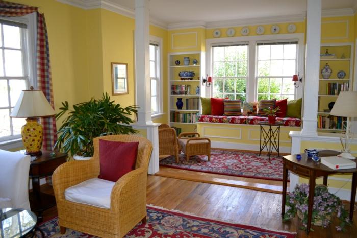 gelbe Wände von einer Wohnung mit farbenfrohe Möbel Säulen Trennwand für Zimmer