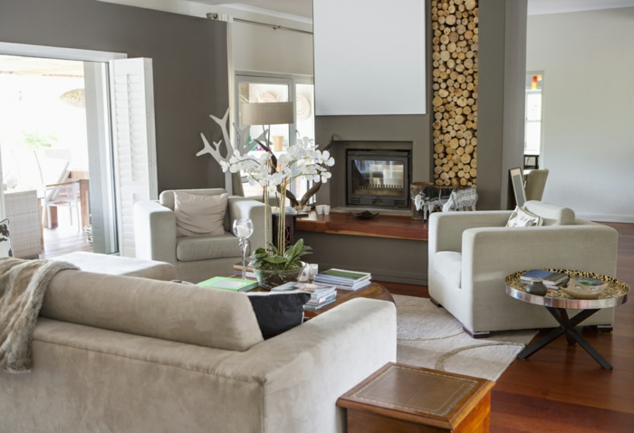 Wohnwand mit Holzoptik, graue Sessel, ein Kamin, selber bauen Ideen für Wohnzimmer