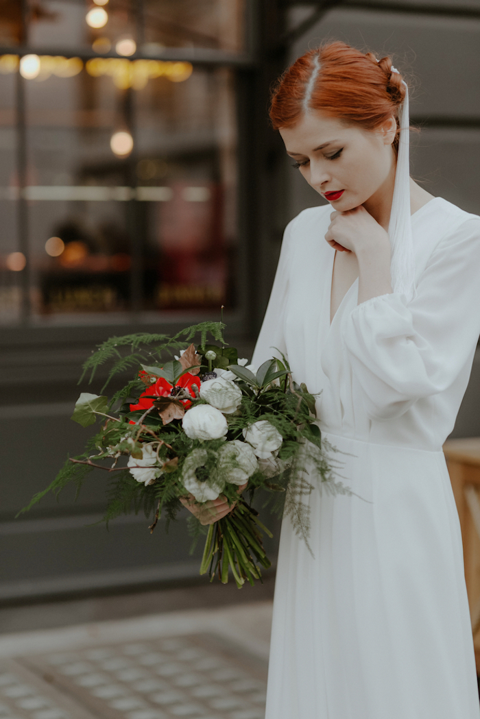 Schlichtes Brautkleid und Hochsteckfrisur, Strauß aus Feldblumen, naturrote Haare und Porzellanteint, knallroter Lippenstift und Smokey Eyes