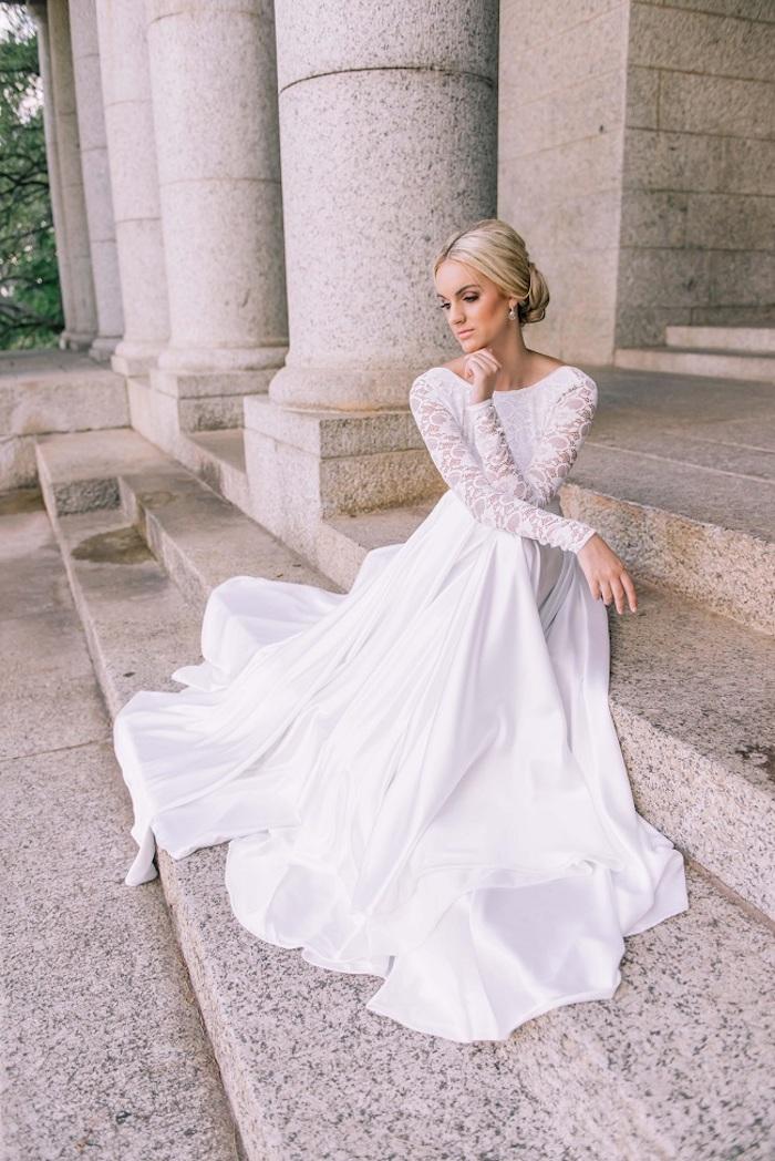 Brautkleid mit langen Ärmeln, Oberteil aus Spitze, Unterteil aus Satin, einfache Dutt Frisur