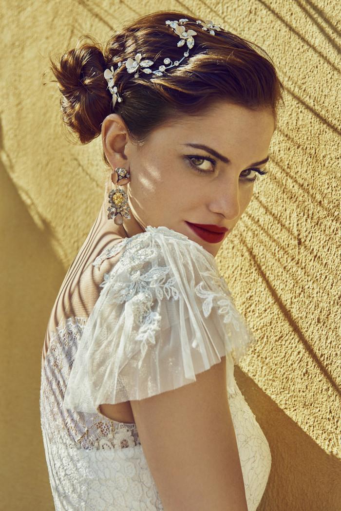 Retro Inspiration für Bräute, Brautkleid mit Spitzenelementen, Hochsteckfrisur mit silbernem Haarschmuck, auffällige Ohrringe