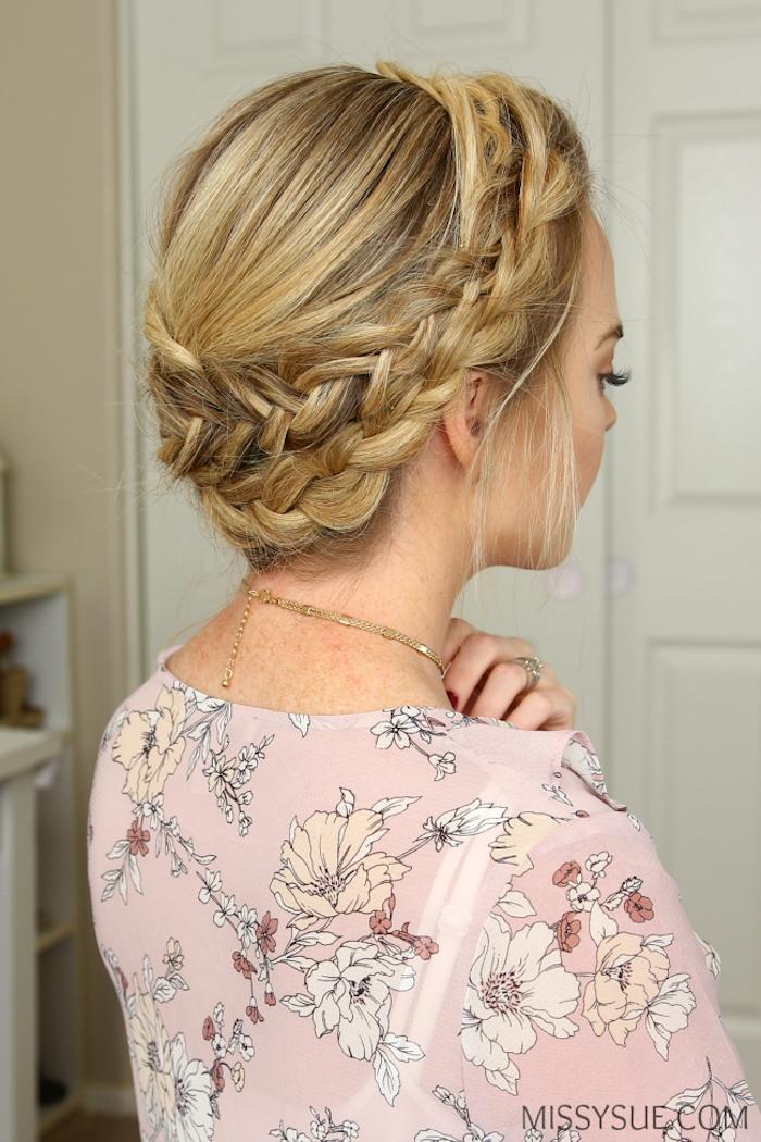 Flechtfrisur für lange Haare, Zopfkranz zum Nachstylen, rosa Top mit Blumenmuster