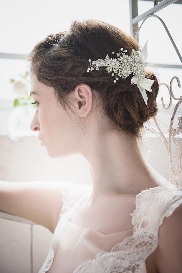 Weißer Haarschmuck mit Perlen und Kristallen, einfache Hochsteckfrisur, Brautkleid mit Spitzenelementen