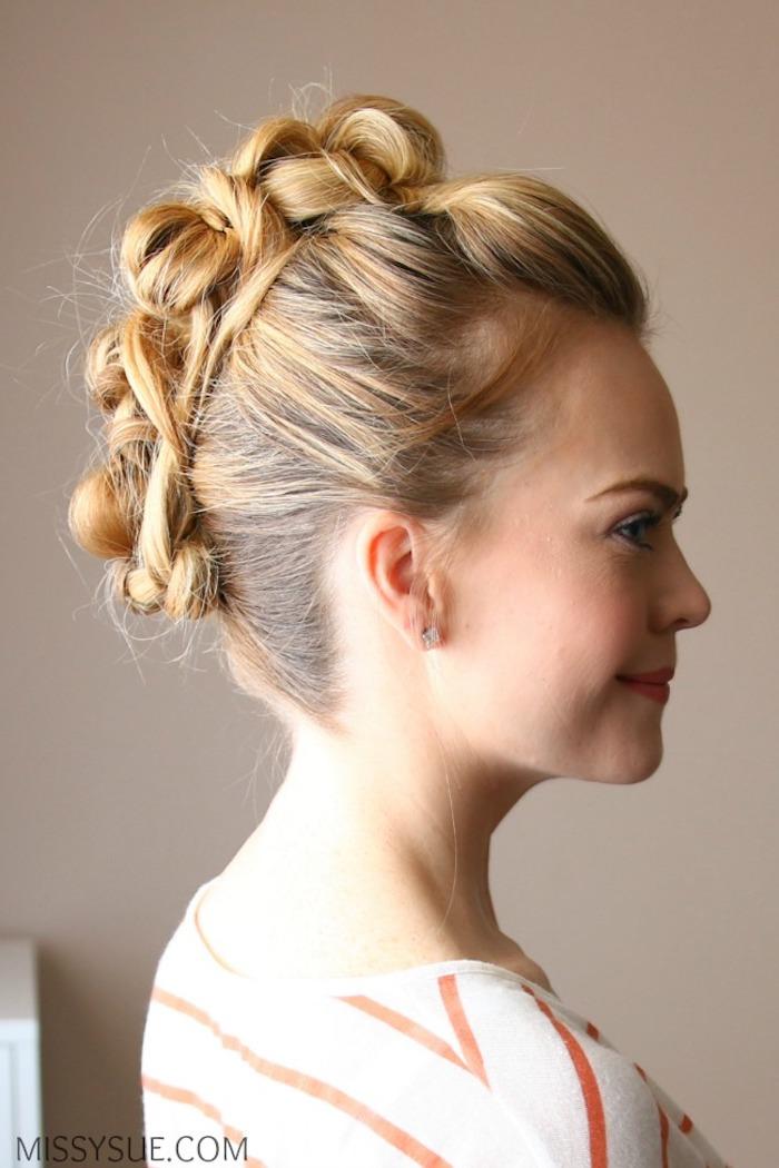 Coole Hochsteckfrisur für Brautjungfern, dunkelblonde Haare, gestreiftes Top