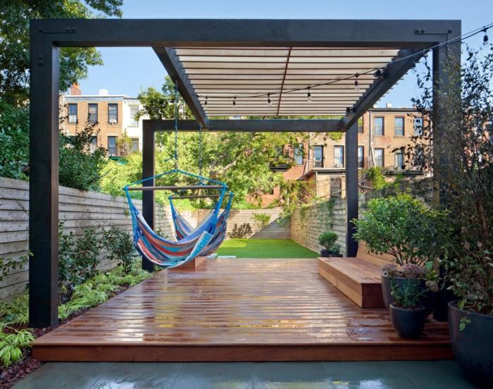 Pergola als Terrassenüberdachung, zwei blaue Schaukel, eine Lichterkette - Terrassen Beispiele