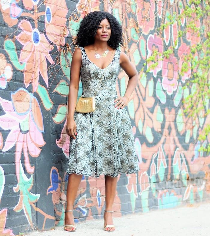 schicke kleider für hochzeitsgäste bunter hintergrund damenmode blau grün nuancen muster spitzekleid schön elegant