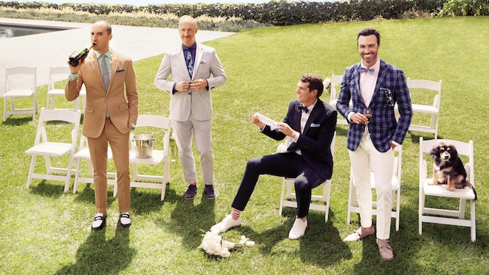 anzug elegante mode kleider für hochzeitsgäste männermode fashion inspiration ein hund sitzt auf dem stuhl hund auf hochzeit