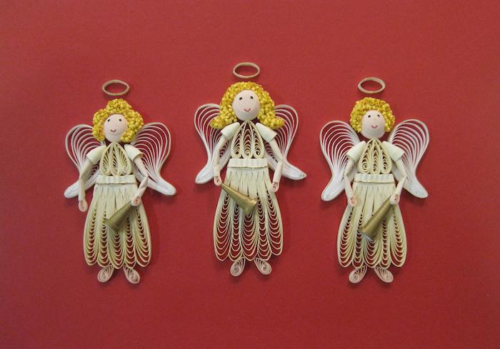 drei kleine quilling engel, engel basteln mit kindern, engel aus papierstreifen, blonde haare und weiße kleider