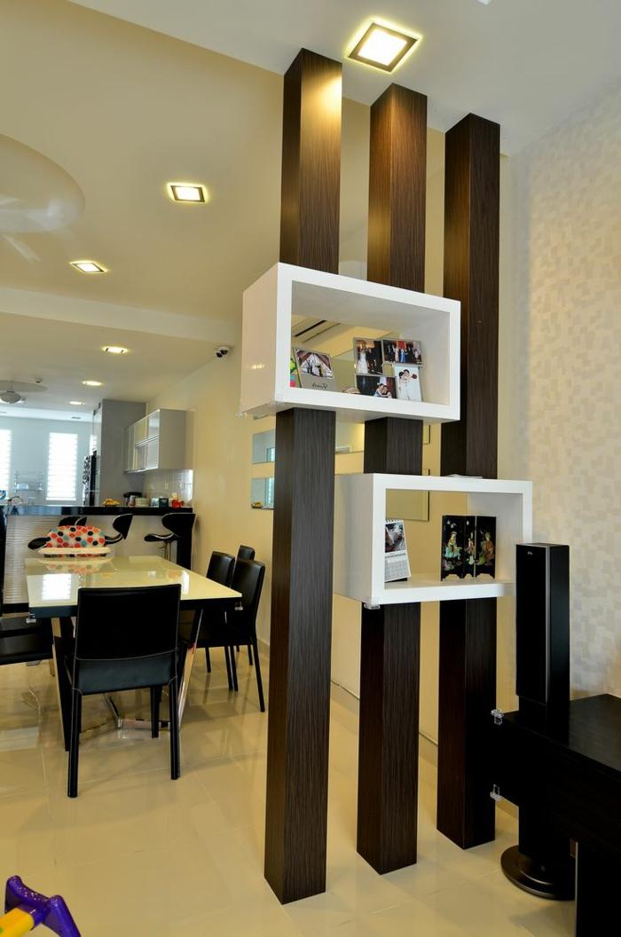 braune Trennwand für Zimmer aus drei Balken mit integrierten Regalen