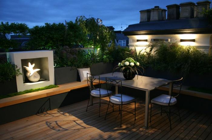 bildschöne Terrassen Beispiele, ein grauer Tisch mit drei Stühlen, eine Skulptur von Meeresjungfrau
