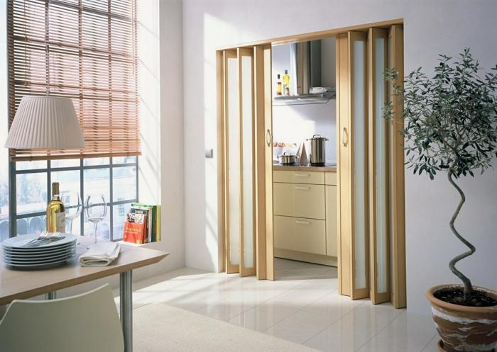 mobile Trennwand für Zimmer, zwei Schiebetüren aus Glas mit hölzernen Rahmen
