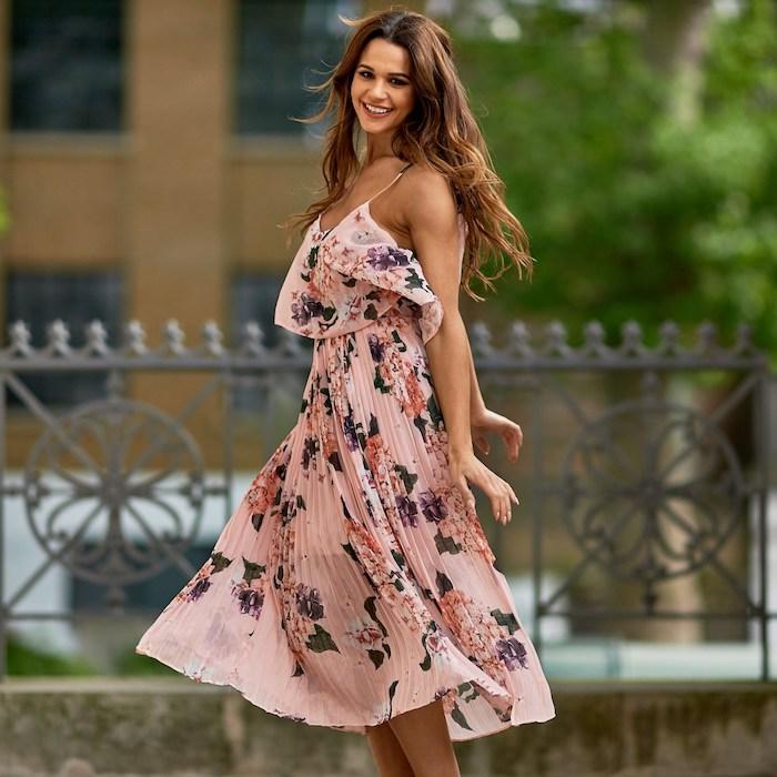 farbenfrohe festliche kleider zur hochzeit pinkes langes kleid breit und bequem ideen für die jungen damen