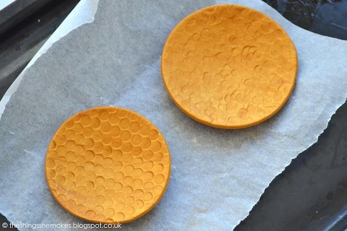 zwei kleine orange fimo teller, bastelideen für erwachsene, fimo backen