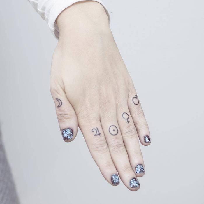 tattoo sternzeichen ideen für tattoos auf den fingern die symbole von den planeten sonne mond jupiter venus mars
