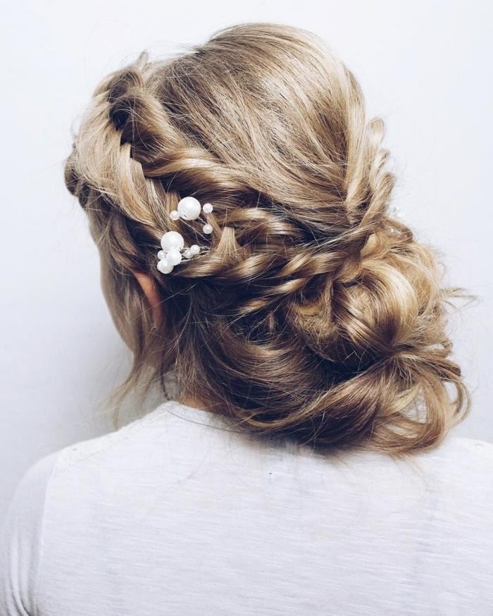 lässige Frisur, zwei Zöpfe wie Kranz, ein kleiner Schmuck in weißer Farbe, Frisuren Hochzeit