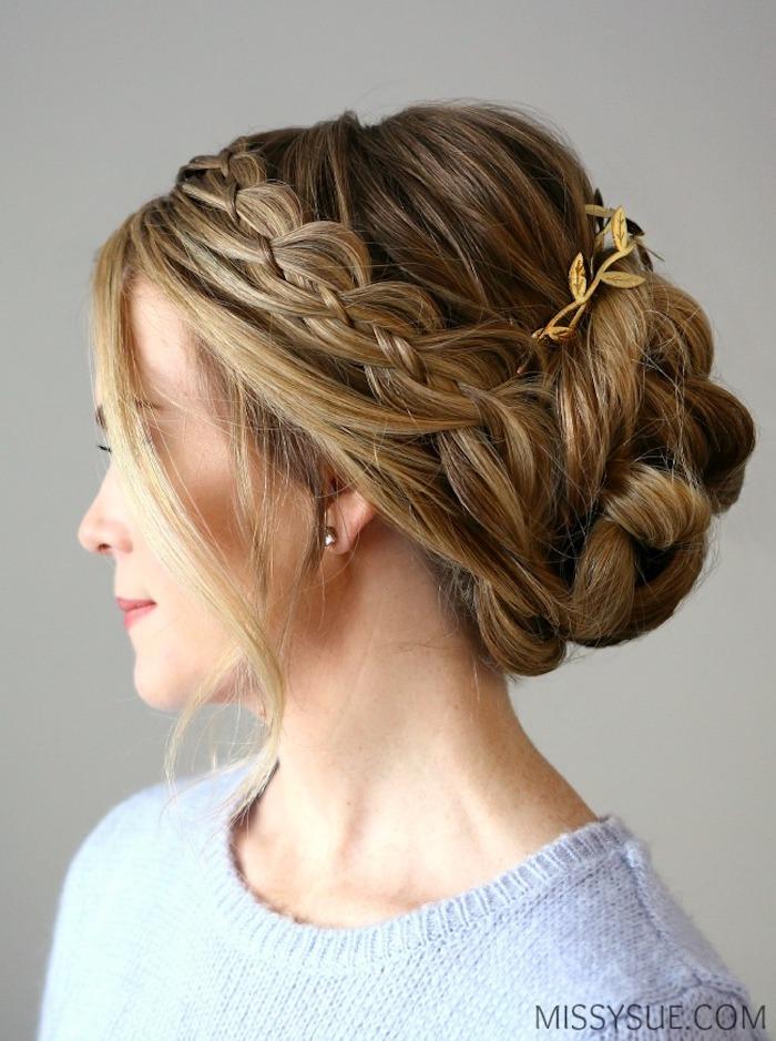 Flechtfrisur für lange Haare, mit goldenem Haarschmuck, locker fallende Strähnen, hellblauer Pullover