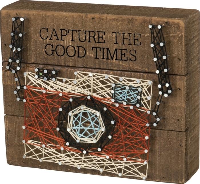 ein dickes Brettchen mit einem Fotoapparat bemalt, String Art Bild zum Reisen