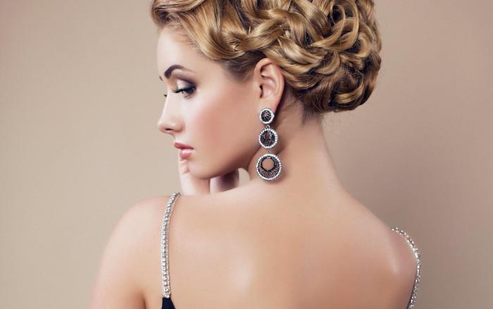 Abend Make-up und Hochsteckfrisur, auffällige Ohrringe und Kleid mit Kristallen