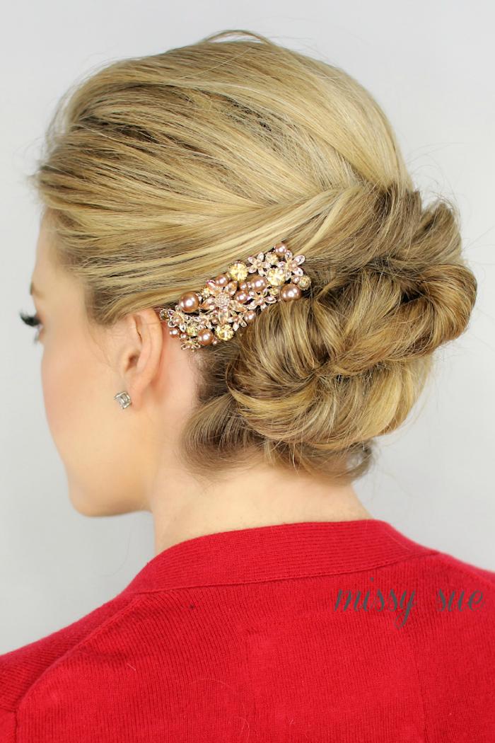 Haarschmuck mit Perlen und Kristallen, Dutt Frisur, blonde Haare, roter Pullover
