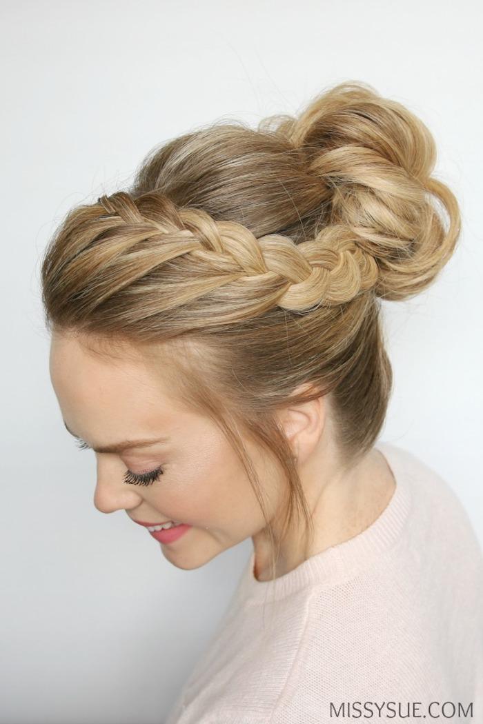 Dutt Frisur mit Zopfkranz, für lange Haare, rosa Lippenstift und schwarze Mascara