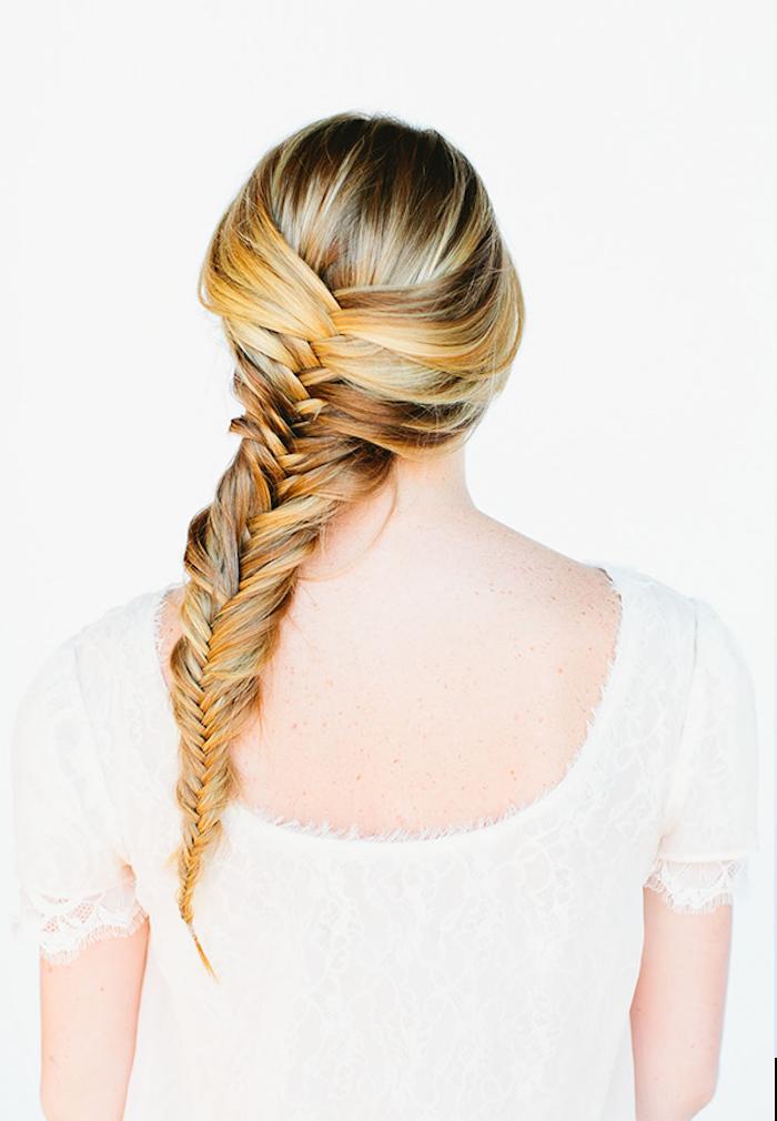 Flechtfrisur für lange Haare, Fischgrätenzopf selber flechten, dunkelblonde Haare