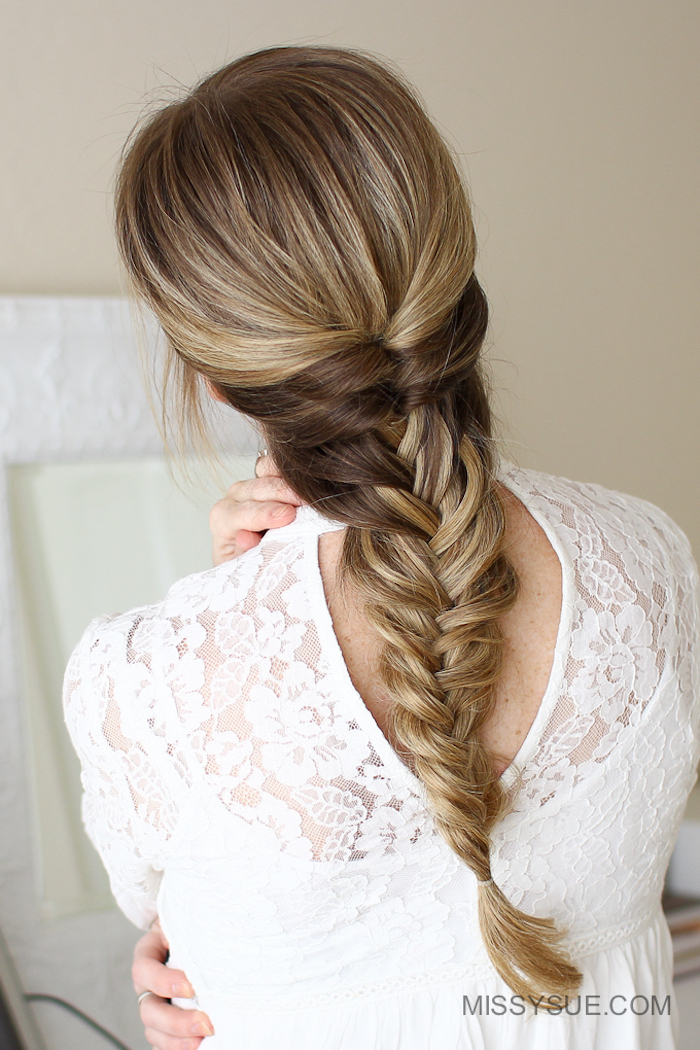 Flechtfrisur für besondere Anlässe, dunkelblonde lange Haare, weißes Top mit Spitzenelementen
