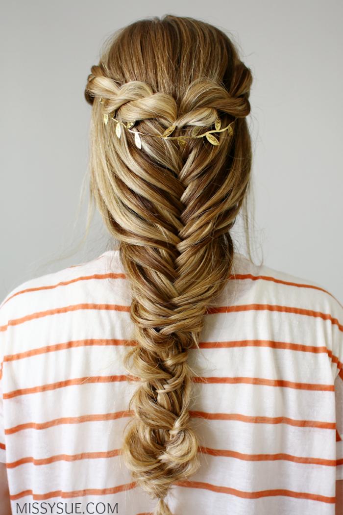 Fischgrätenzopf mit goldenem Haarschmuck, dunkelblonde lange Haare, gestreiftes Top in Weiß und Rot