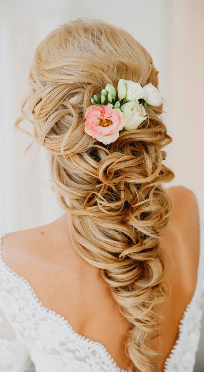 Halboffene Frisur mit echten Blumen verziert, dunkelblonde Haare, Spitzenkleid mit nacktem Rücken