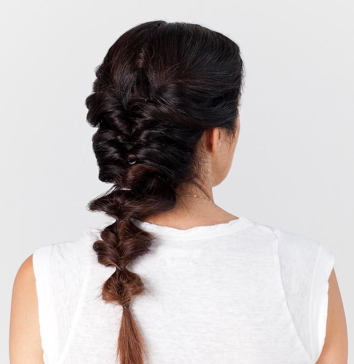 frisuren lange haare, frau mit dunkelbraunen haaren, flechtfrisur, alltagsfrisur