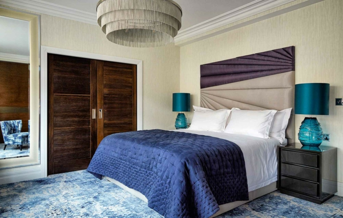 modernes Schlafzimmer einrichten Beispiele, ein brauner Schrank, gepolsterte Bettlehne