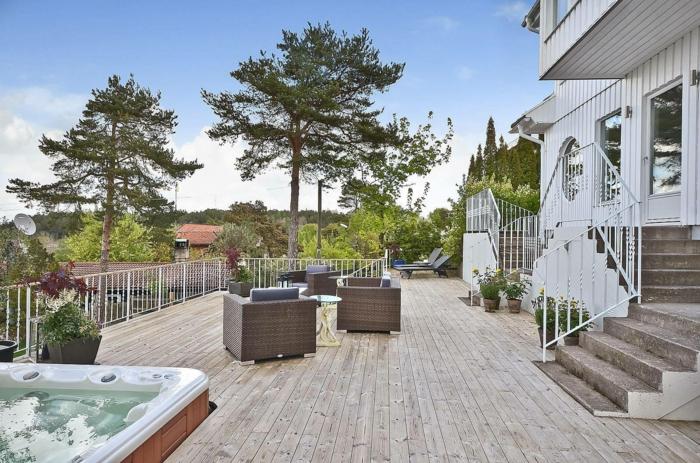 Landhaus Terrassen Beispiele - drei Terrassenmöbel und ein Whirlpool in der Ecke