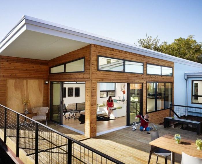 Terrassendiele aus Holz in einem Vila, das Kind spielt draußen, Terrassen Beispiele