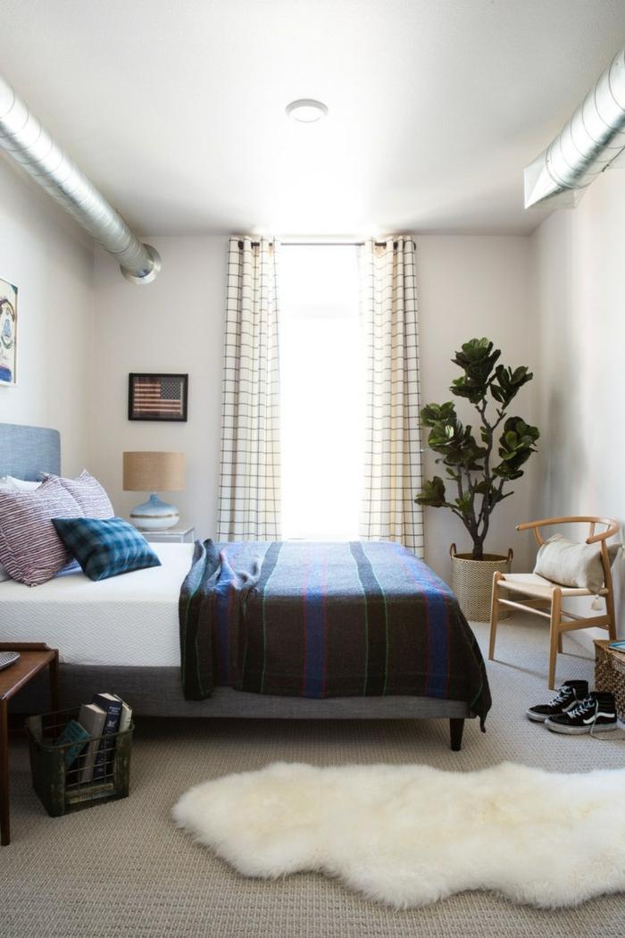 ein weißer Teppich, Schlafzimmer einrichten Beispiele, ein Blumentopf in der Ecke