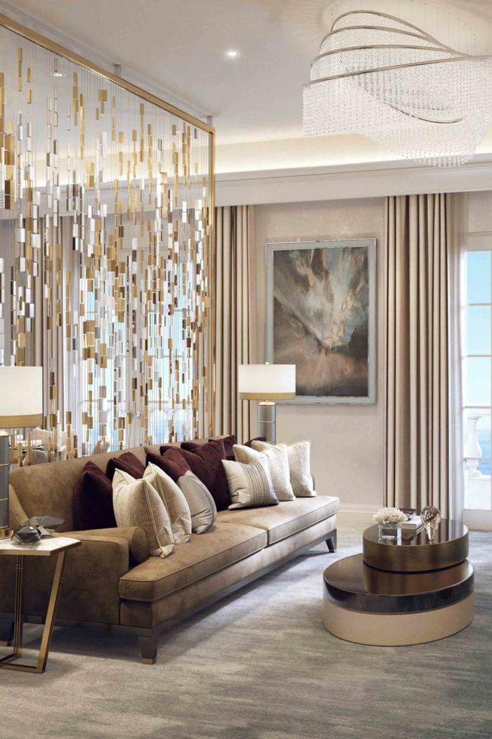 eine Trennwand im Wohnzimmer wie goldene Streifen, Sofa mir vielen Kissen, abstraktes Bild, ausgefallener Couchtisch