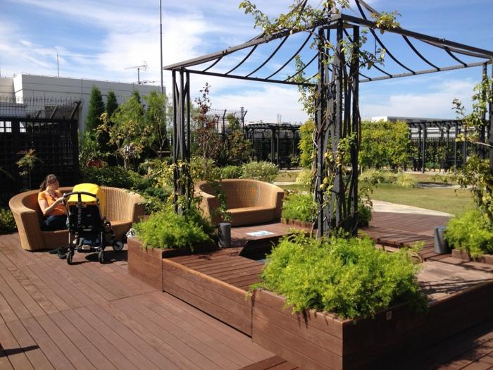 schwarze Pergola, zwei große Rattan Sessel, Terrasse bepflanzen mit viele grüne Pflanzen