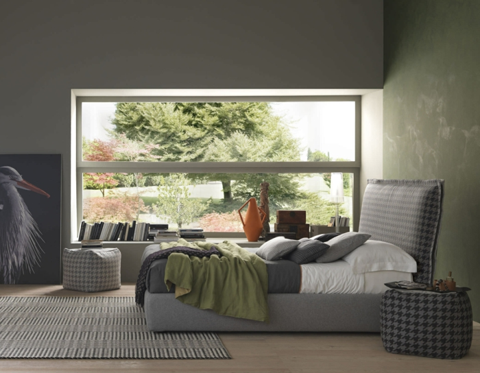 ein großes Fenster zu dem Garten, grauer Teppich, graue Bettwäsche, Bild mit Vögeln, moderne Zimmer