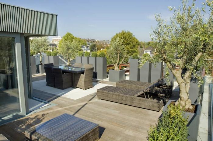 Terrasse in drei Teilen, Platz zum Essen, zwei Liegestühle, ein Hocker, Terrassen Beispiele