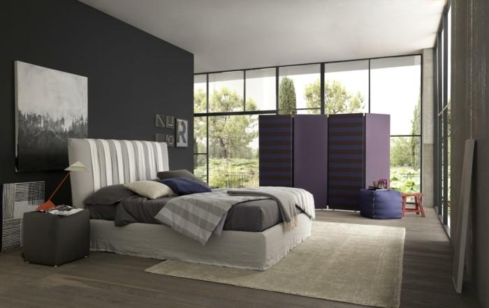 moderne Zimmer, lila Raumteiler, graues Bild an der Wand, graue Bettwäsche, graue Wand