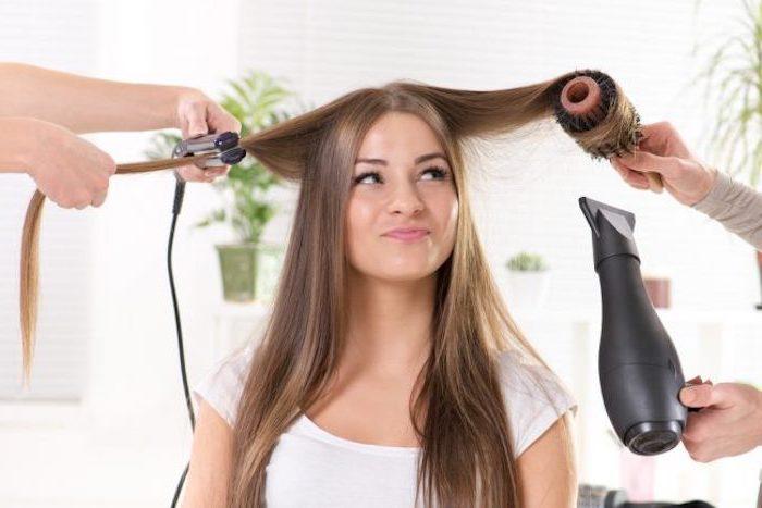 lange glatte haare lockig gestalten, zufriedene frau, föhn, haare kämmen, haare locken