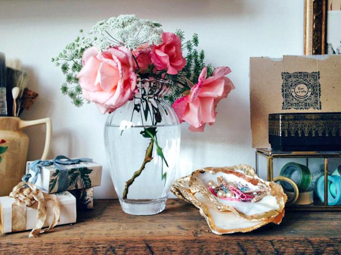 große muscheln, glasvase mit blumen, diy geschenke, schmuckschalen aus muscheln
