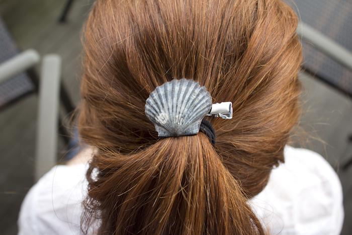 große muscheln, braune haare, haargummi dekoriert mit großem muschel, pferdeschwanz frisur
