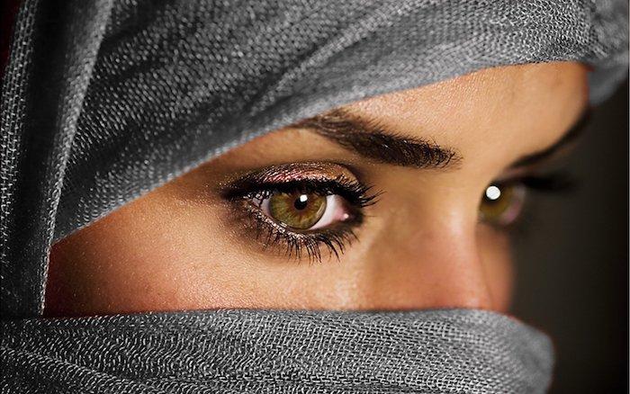 Glitzer Lidschatten für braune Augen, schwarze Mascara, graues Kopftuch