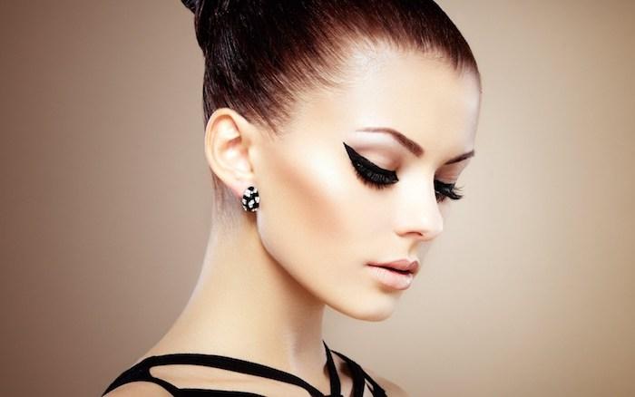 Extravagantes Augen Make-up und matter Lippenstift, Kontrast schaffen, Dutt Frisur, Ohrringe mit schwarzen und weißen Steinchen, schwarzes Kleid