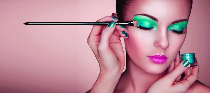 Grellen grünen Lidschatten auftragen, violetter Lippenstift, grüner Glitzer-Nagellack