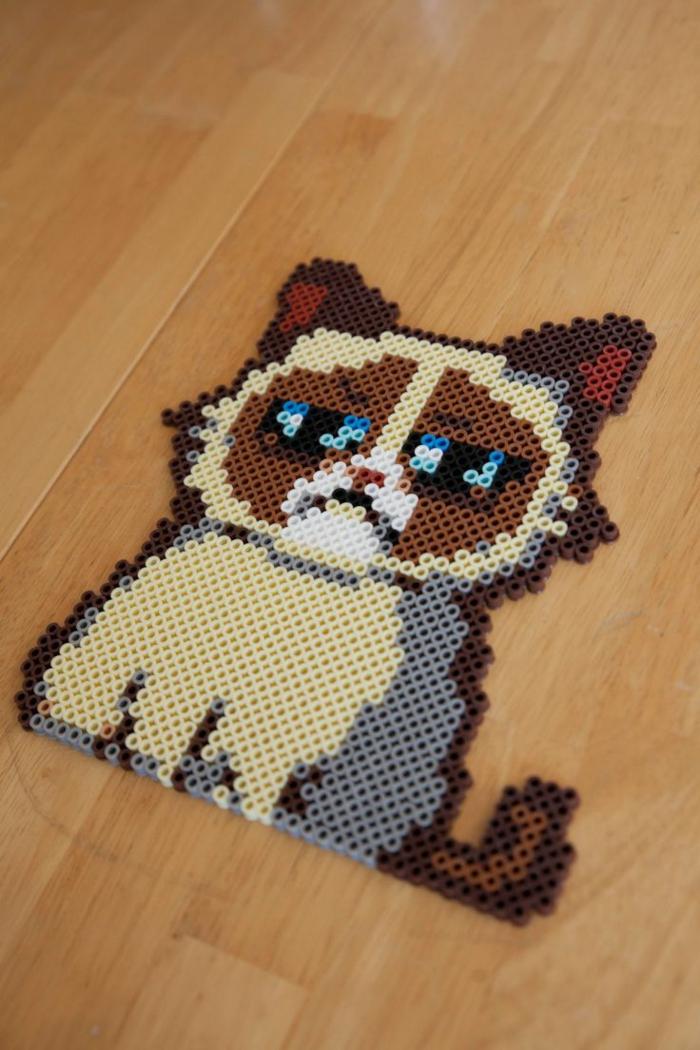 Bügelperle Schablone für eine Katze mit einem verzehrten Gesicht und blaue Augen