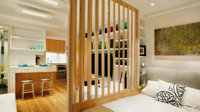 ein Raumtrenner aus Holz, trennt Schlafzimmer aus dem anderen Bereichen der Einzimmerwohnung