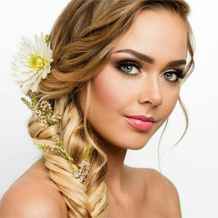 blonde Braut mit blauen Augen, Fischgrät Zopf mit weißer Blume als Dekoration, Frisuren Hochzeit