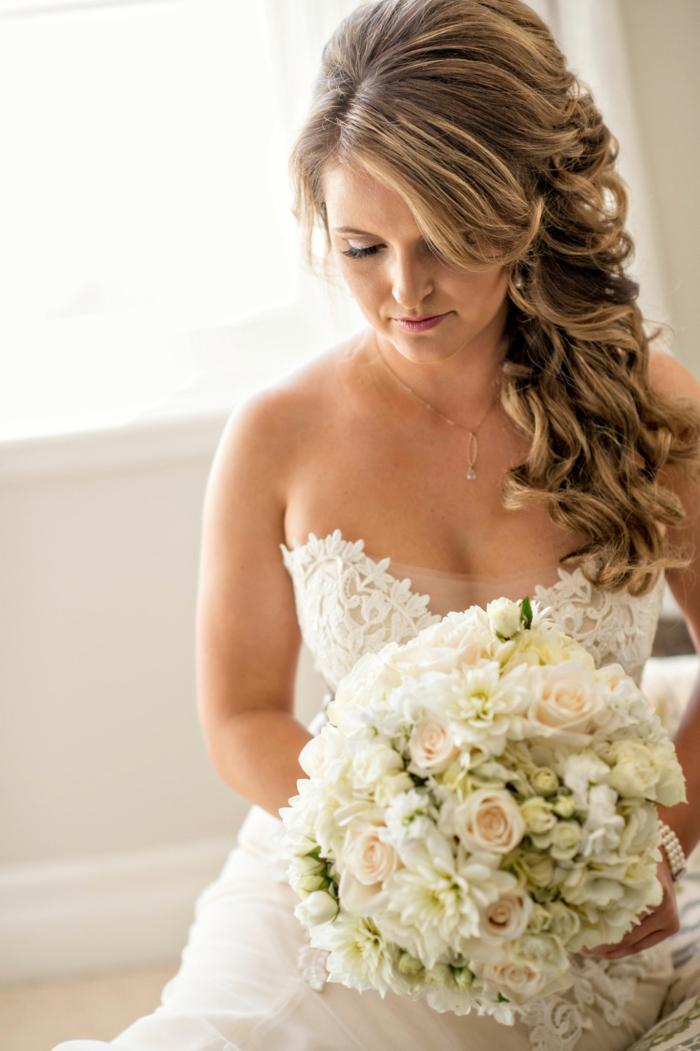 bildschöne Frisuren Hochzeit, hinten geflochtenes Haar, wellige Locken